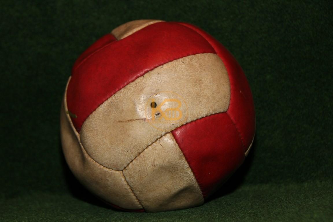 Alter Lederfußball der aus rot weißen Längsstreifen genäht ist. Nicht dass das schon sehr selten ist, wurde er noch von Fritz Walter unterschrieben. 1/2