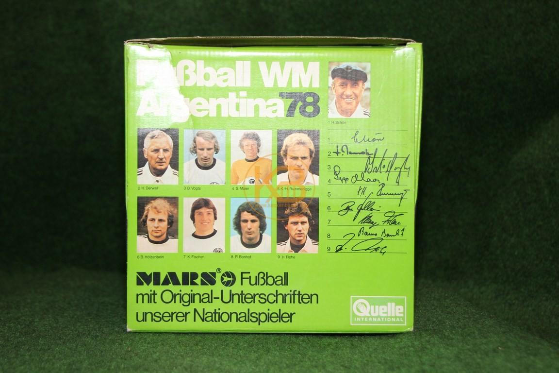 Original unterschriebener Ball von Mars des Weltmeisterkaders der WM 1978 in Argentinien in der Originalverpackung. 2/2