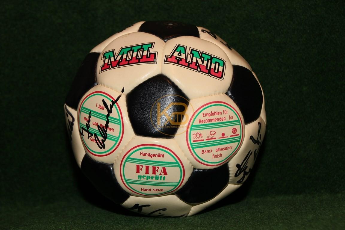Fussball Milano mit von mir NOCH unbekannten Unterschriften. Wer kann helfen?