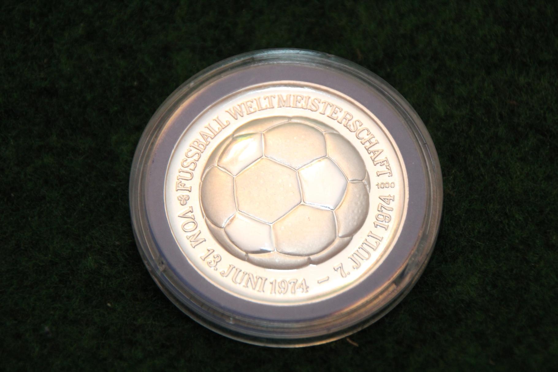 Medaille von der Fussball WM 1974 in Deutschland mit dem Niedersachsenstadion Hannover.1/2