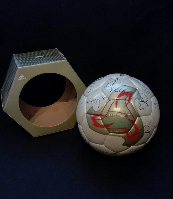 ADIDAS Fevernova der offizielle Spielball von der WM 2002 in Japan und Südkorea mit Originalverpackung und Unterschriften von der deutschen Nationalmannschaft aus dem Jahr 2002.