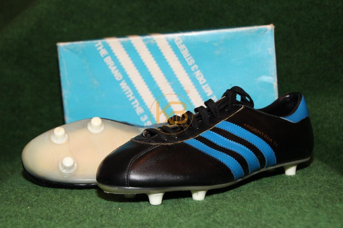 Adidas Argentinia 78 mit Schraubstollen und den auffälligen blauen Streifen inkl. der Originalverpackung. Hergestellt ab dem Jahr 1977.Abgegeben an einen Adidas Sammler.