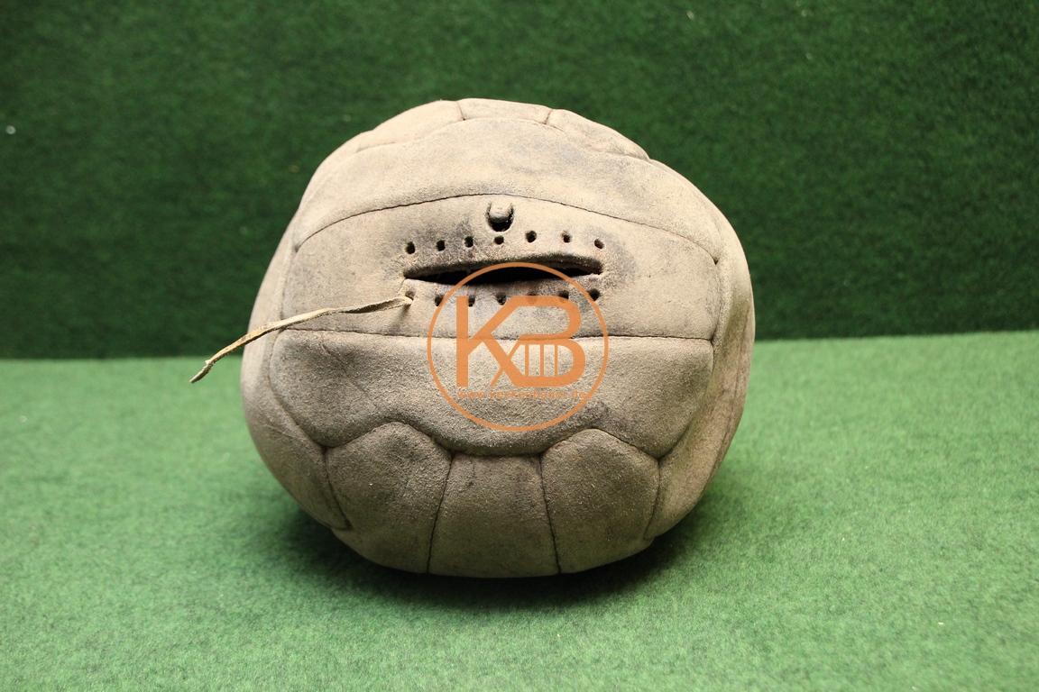 Alter Fußball aus Leder vermutlich aus den 1960ern