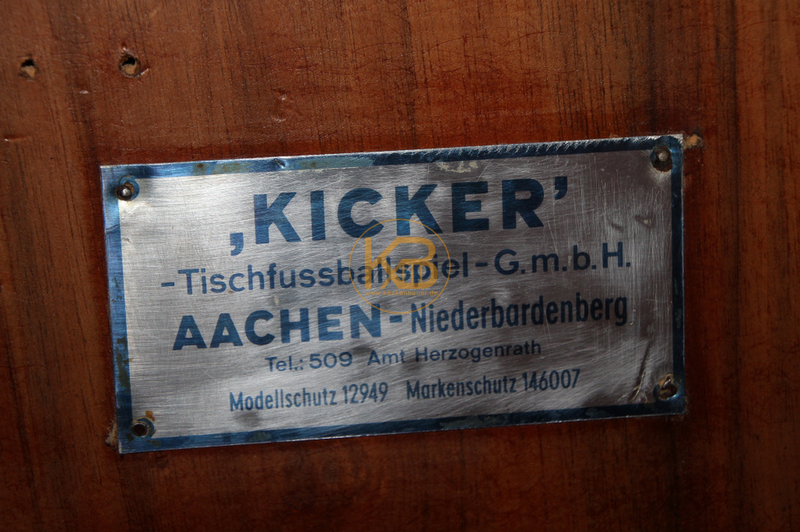Alter Kneipen Kicker (Kröckel) Tisch aus dem Jahr 1953. Er stand von 1953 - 2014 im Großraum Bielefeld. Ich habe ihn selbst restauriert. Einzig die Spielfläche ist nicht original aber auch schon vom Vorbesitzer ca in den 60ern getauscht. 3/5