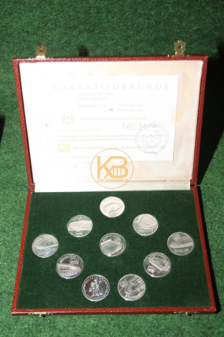 Silbermünzen von der WM 1974 in Deutschland mit Tip + Tap und den Stadien.
