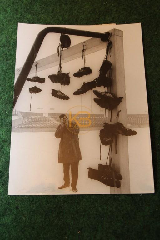 Altes original Bild aus der Oberliga Zeit. Spieler des Meidericher SV hängten aufgrund der Spielabsage (Schnee) ihre Schuhe an das Tor.