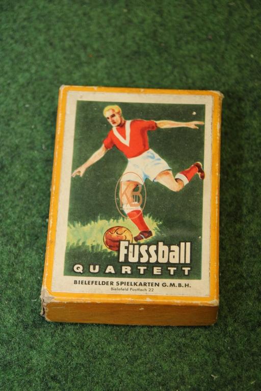 Altes Fussball Quartett von den Bielefeldern Spielkarten GmbH hier in der gelben Version