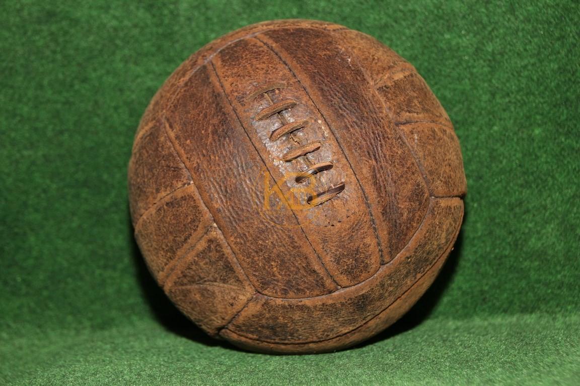 """Mein """"bestes Stück"""", ein alter Rindslederball professionell aufgearbeitet von einem Sattler. Bald 100 Jahre alt und schaut aus als ob er noch regelmäßig im Einsatz ist."""