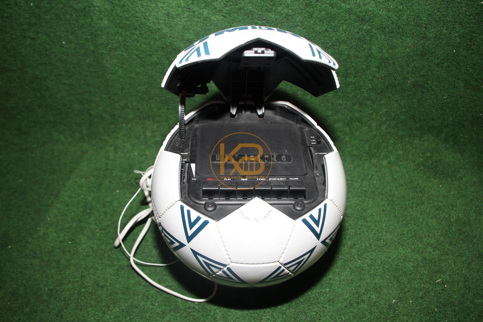 Kassetten und Radio Player in Form eines Umbro Fußballs 2/2