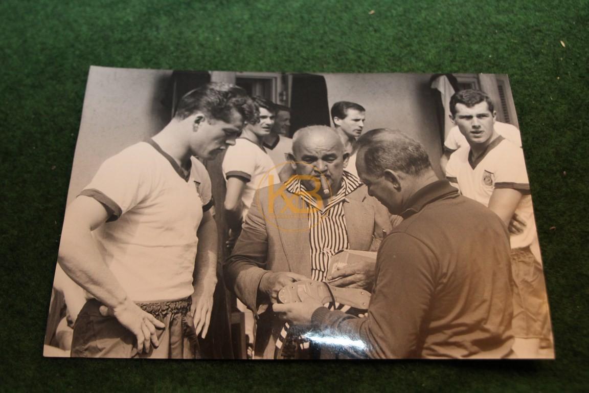 Original Foto von Pitter Danzberg und Franz Beckenbauer bei der Begutachtung neuer Adidas Schuhe.