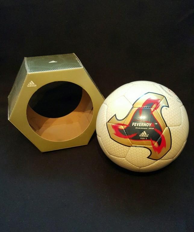 ADIDAS Fevernova der offizielle Spielball von der WM 2002 in Japan und Südkorea mit Originalverpackung.
