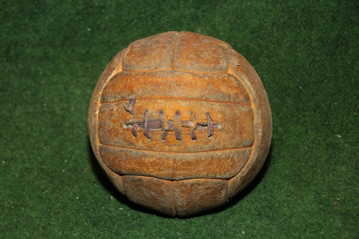 Alter Fussball mit der klassischen Naht um die Blase zu verschließen, da noch kein Ventil vorhanden.
