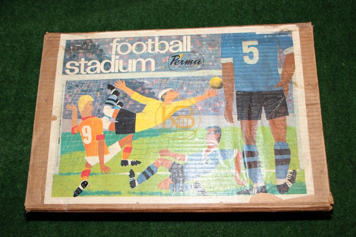 """Altes Brettspiel """"football stadium"""" von Perma ca. aus den 1950. Besonders markant ist der gewählte Verpackungskarton."""