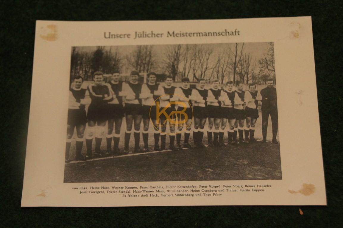 Manschaftsfoto des SC Jülich Deutscher Amateurmeister 1969 mit Autogrammen. 1/2