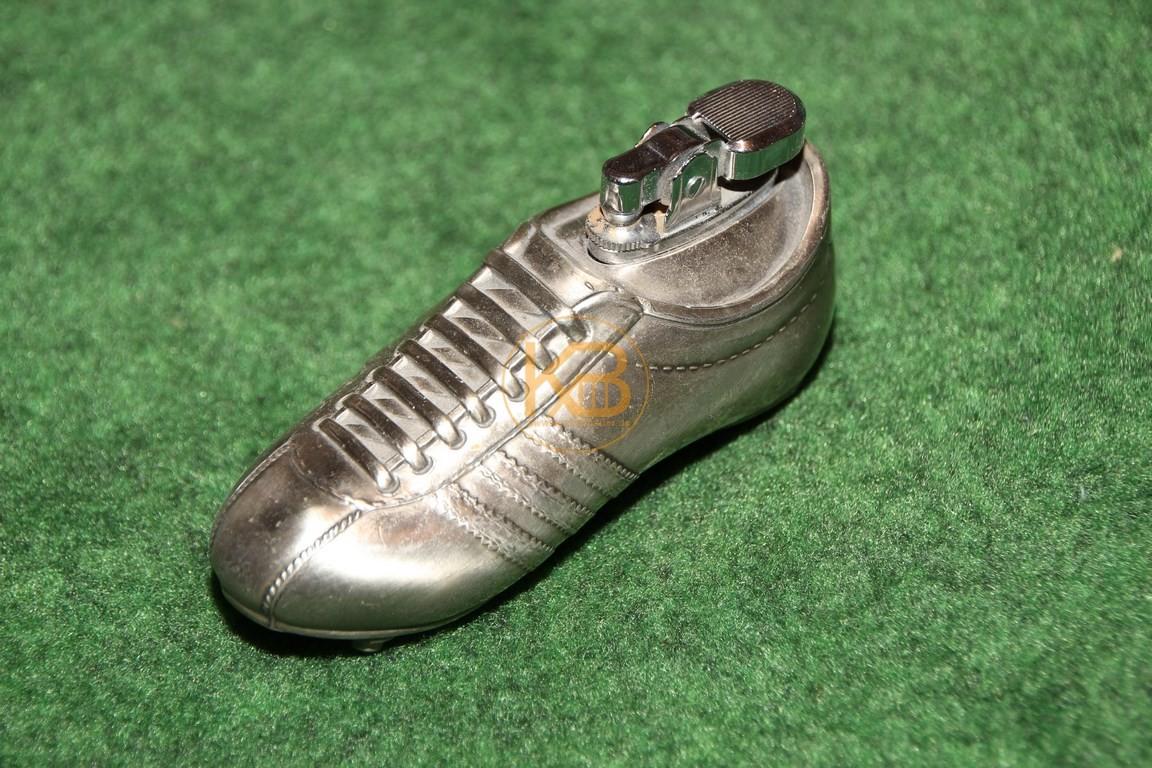 Feuerzeug in Form eines Adidas-Schuhs.