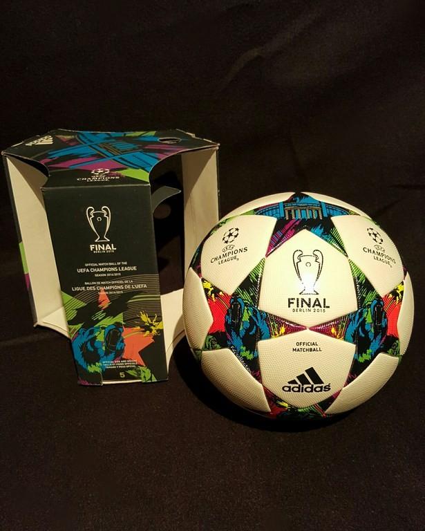Der offizielle Spielball der ADIDAS Champions League Final Ball vom Finale 2014/15 in Berlin mit Originalverpackung.
