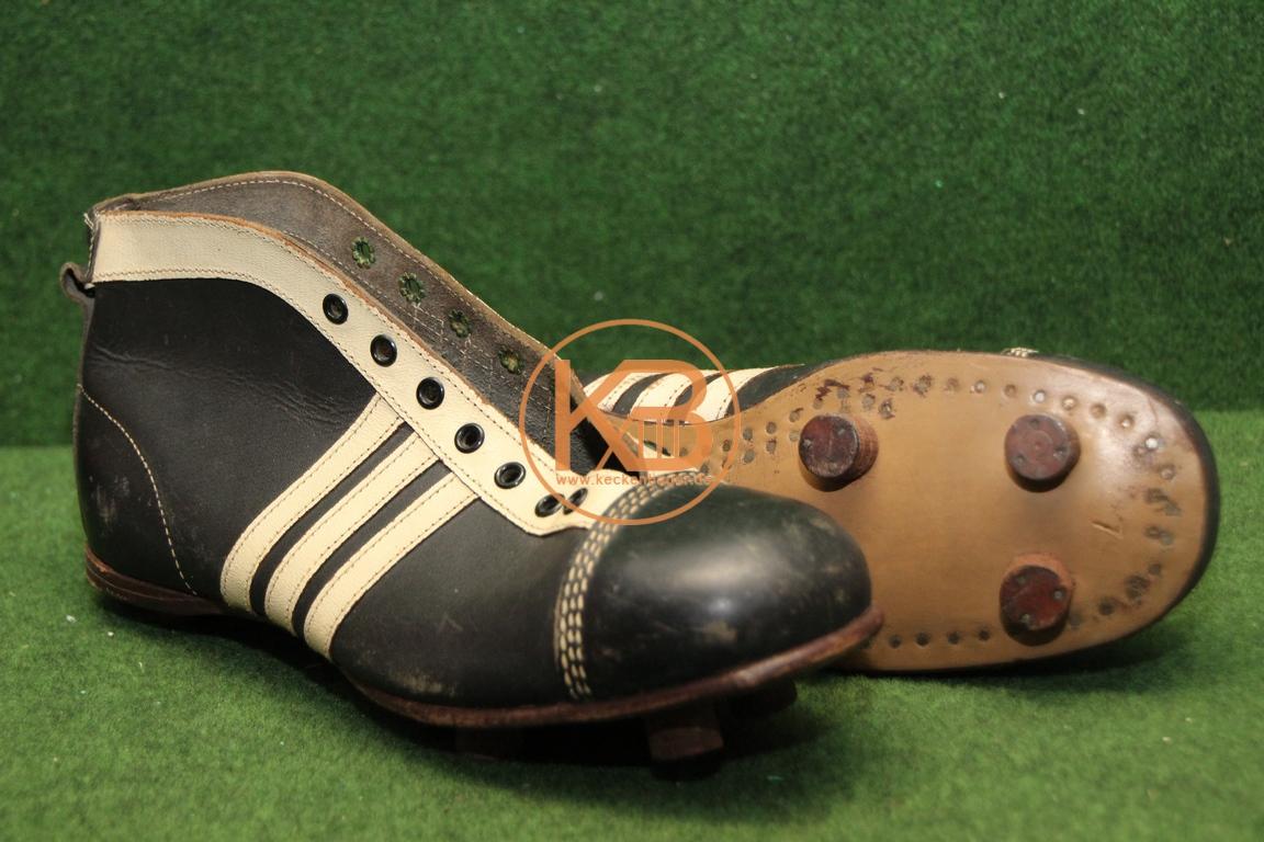 Alte Fußballschuhe aus den 1950ern, sehen nach Adidas aus muss ich aber noch klären.
