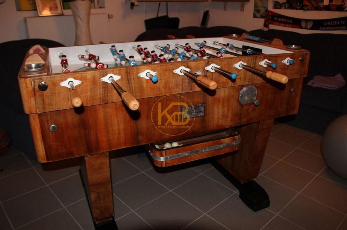 Alter Kneipen Kicker (Kröckel) Tisch aus dem Jahr 1953. Er stand von 1953 - 2014 im Großraum Bielefeld. Ich habe ihn selbst restauriert. Einzig die Spielfläche ist nicht original aber auch schon vom Vorbesitzer ca in den 60ern getauscht.1/5