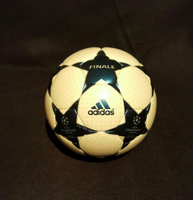 Der offizielle Spielball der ADIDAS Champions League Final Ball vom Finale 2002/03 in Manchester.