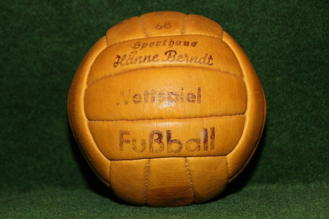 """Alter Lederfußball """"Wettspiel Fussball"""" vom Sporthaus Hanne Berndt der aus den bekannten Längsstreifen genäht ist."""