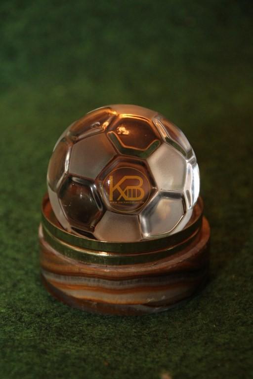 Kristall Fußball geschliffen 3D mit rundem, braunen Achataufsatz und Goldrand aus dem Nachlass von Herbert Neuberger.