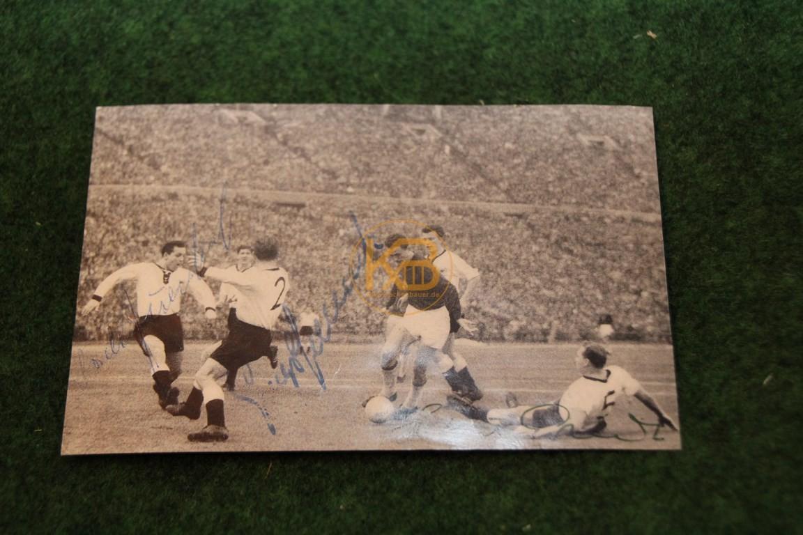 Bild aus dem Spiel Deutschland gegen Ungarn am 08.11.1959 in Budapest mit original Autogrammen.
