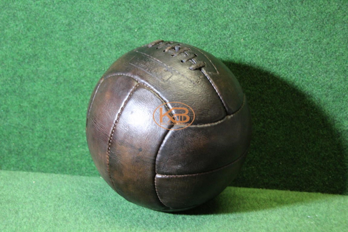 Alter Lederball mit zwölf  Paneelen vermutlich aus 1940er Jahren