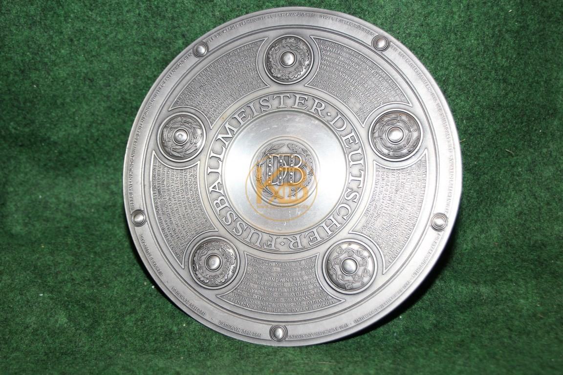 Original Miniaturnachbildung der Meisterschaftsschale des deutschen Fussballmeisters von Zinn Becker mit allen Meistern bis 1996.