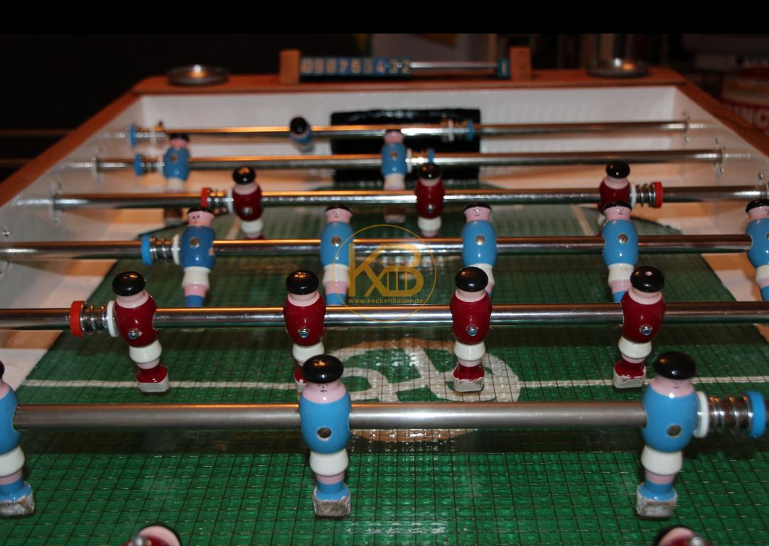 Alter Kneipen Kicker (Kröckel) Tisch aus dem Jahr 1953. Er stand von 1953 - 2014 im Großraum Bielefeld. Ich habe ihn selbst restauriert. Einzig die Spielfläche ist nicht original aber auch schon vom Vorbesitzer ca in den 60ern getauscht. 5/5