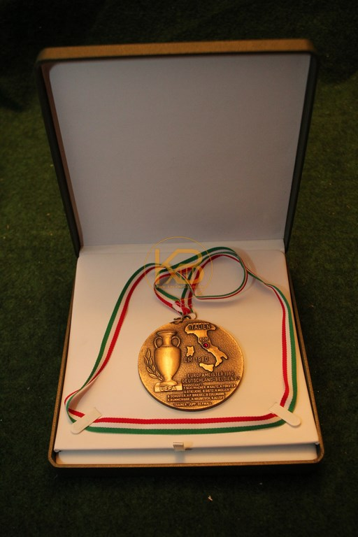 Siegermedailie der EM 1980 in Italien 1/2