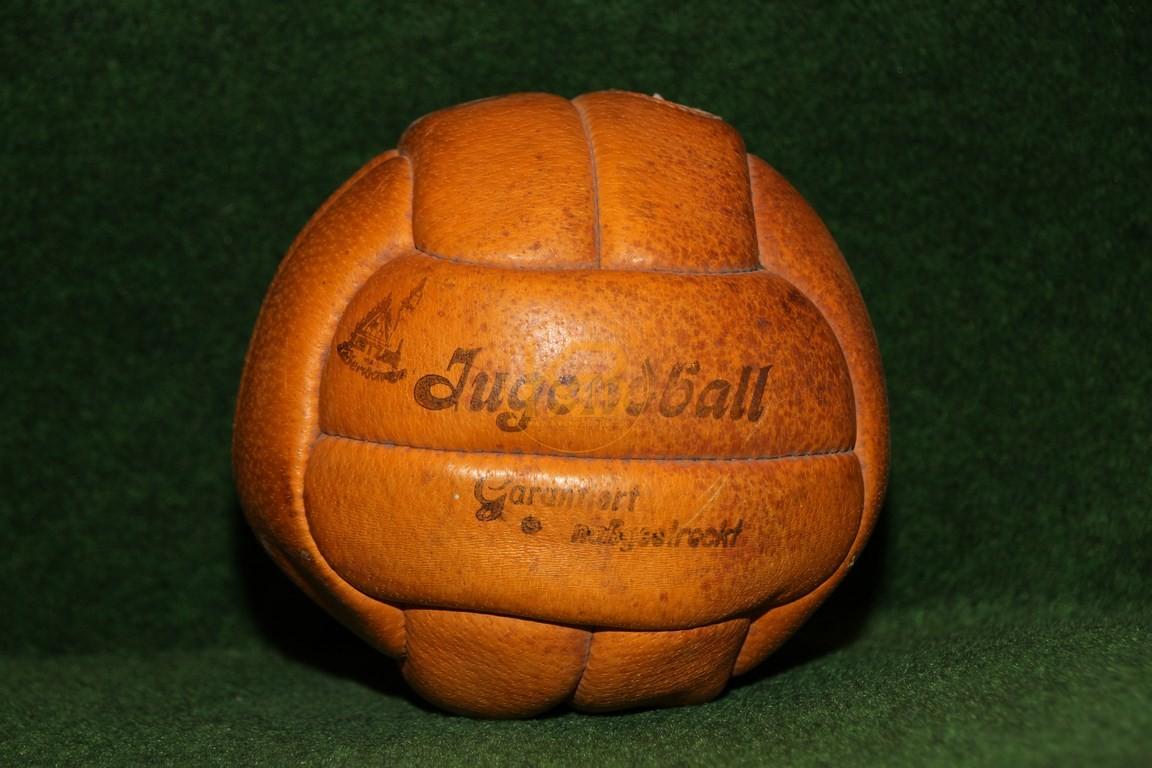 Alter Jugendfussball im bespielten guten Zustand. Eines der ersten Modelle mit Ventil.
