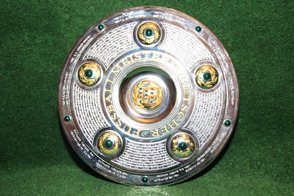 Miniaturnachbildung der Meisterschaftsschale des deutschen Fussballmeisters.