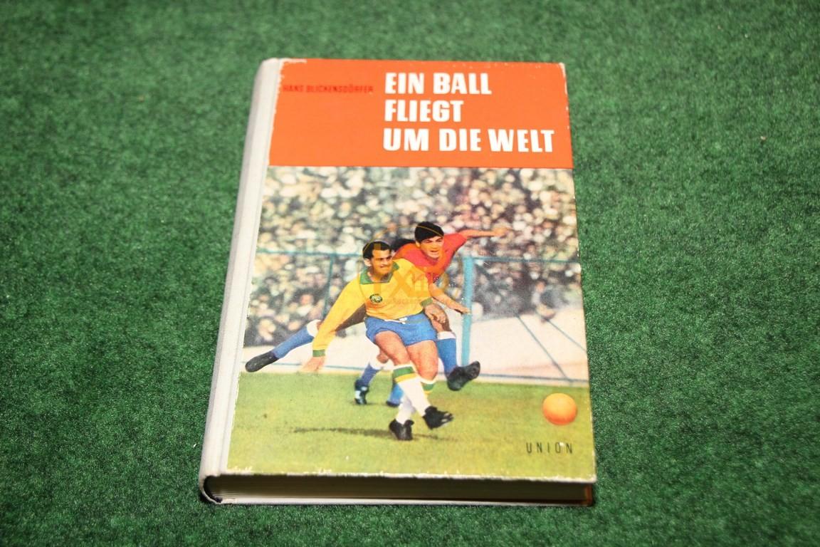 Ein Ball fliegt um die Welt vom Union Verlag