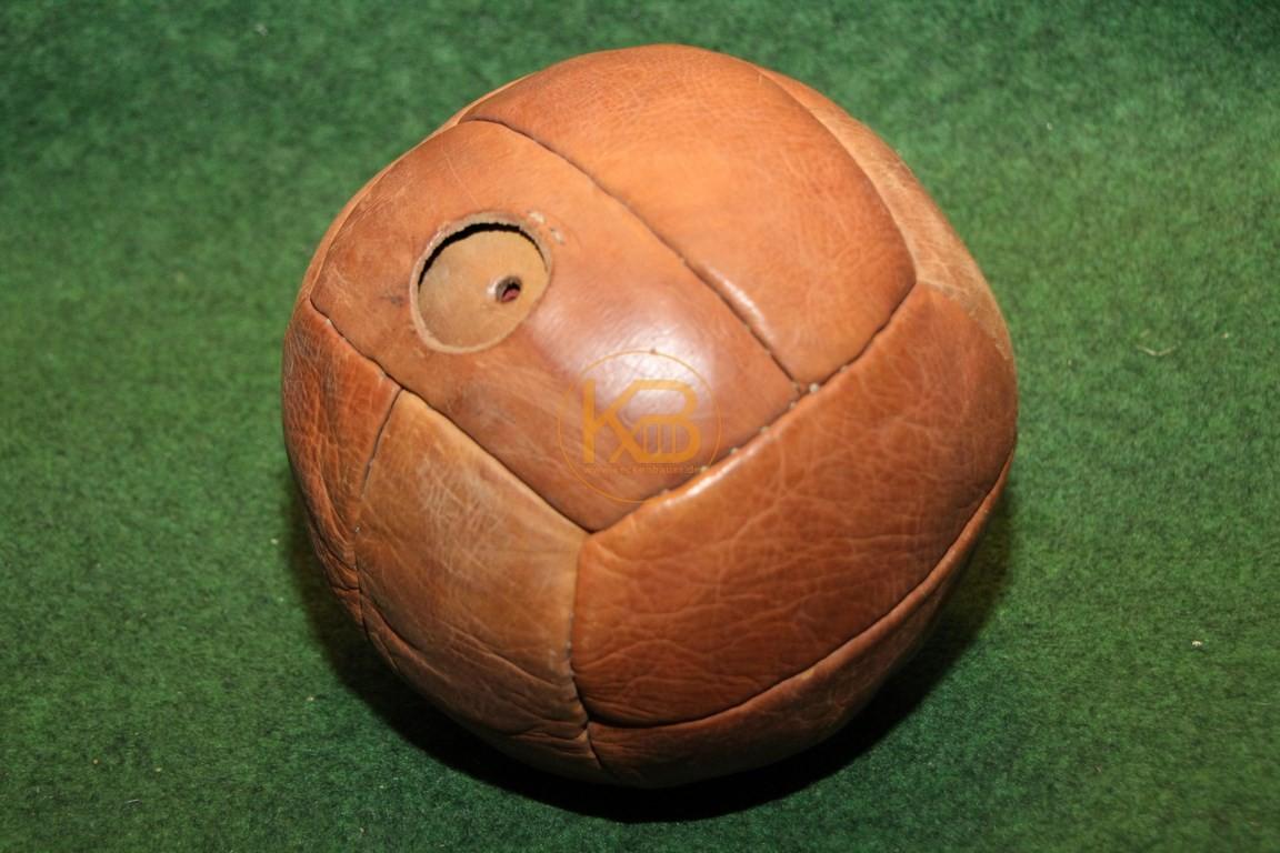 Alter handgenähter Lederfussball aus den 1940er Jahren.