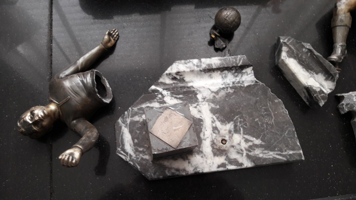 Die Skulptur nach dem Versand mit Post.nl und Hermes 1/2