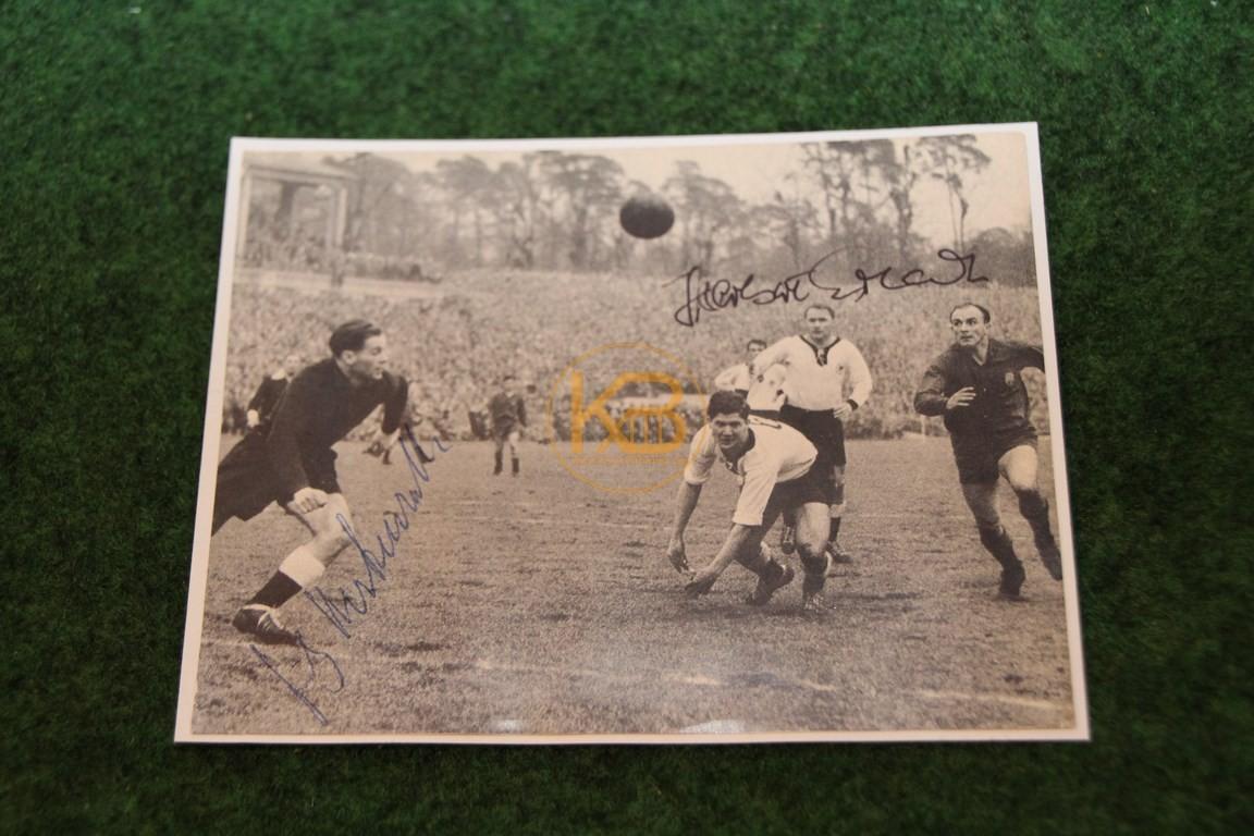 Bild aus dem Spiel Deutschland gegen Spanien am 19.03.1958 in Frankfurt a.M. mit original Autogrammen.