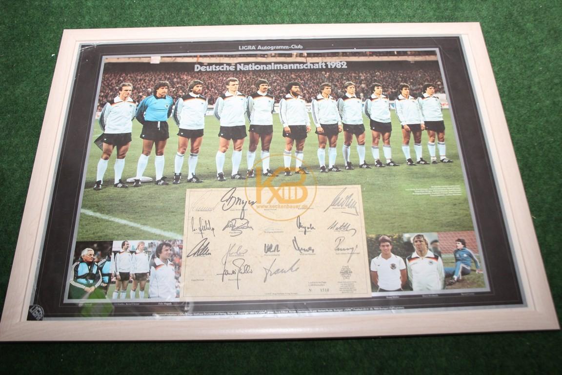 Ligra Autogramm-Club Bild Nummer 1510 von 2200 Exemplaren mit den original Unterschriften der Spieler und Jupp Derwall von der WM 1982. Es war ein Geschenk von Toni Schuhmacher an den Vorbesitzer.