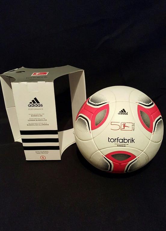ADIDAS Torfabrik der offizielle Spielball der Fussball Bundesliga der Saison 2013 mit Originalverpackung.