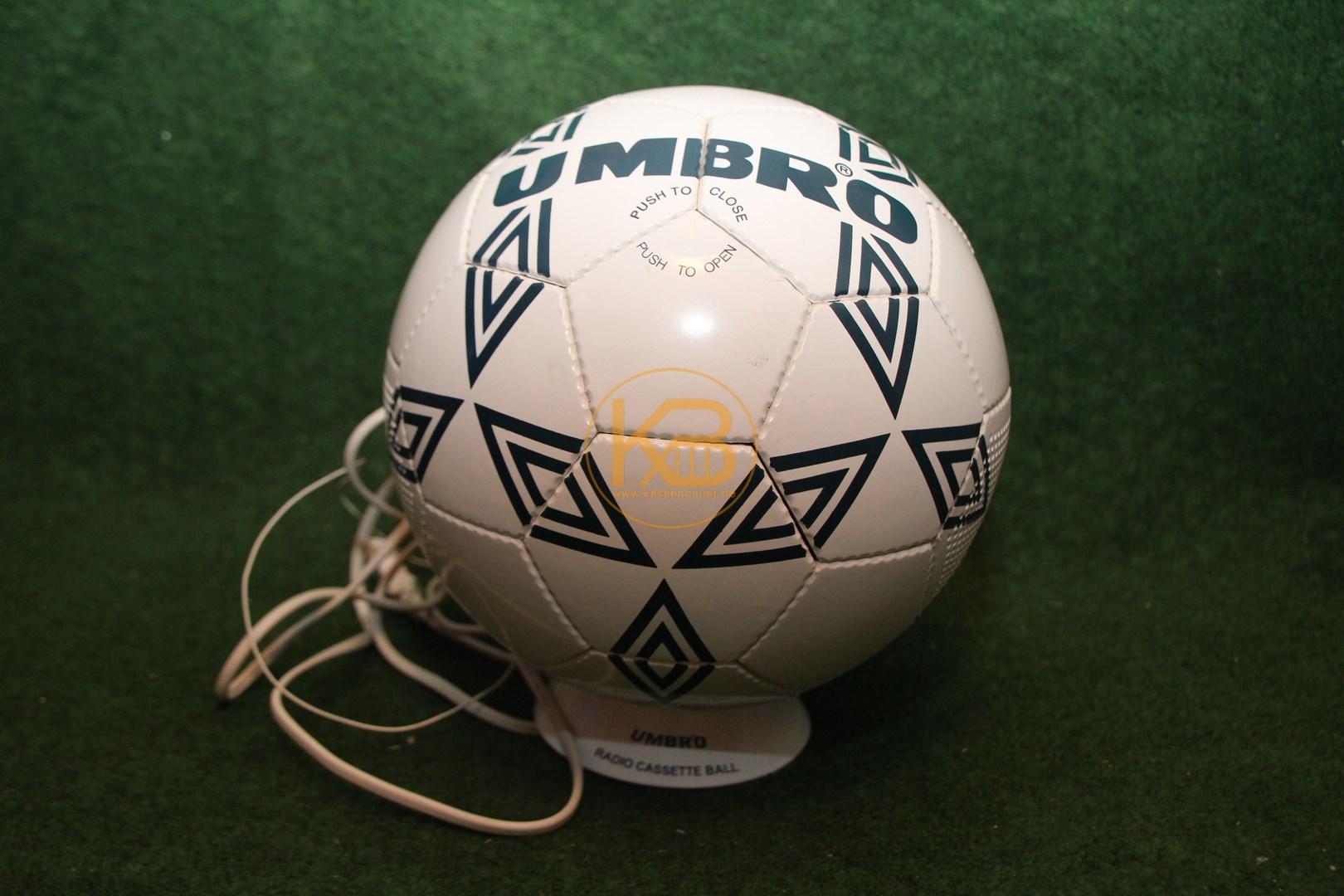 Kassetten und Radio Player in Form eines Umbro Fußballs 1/2