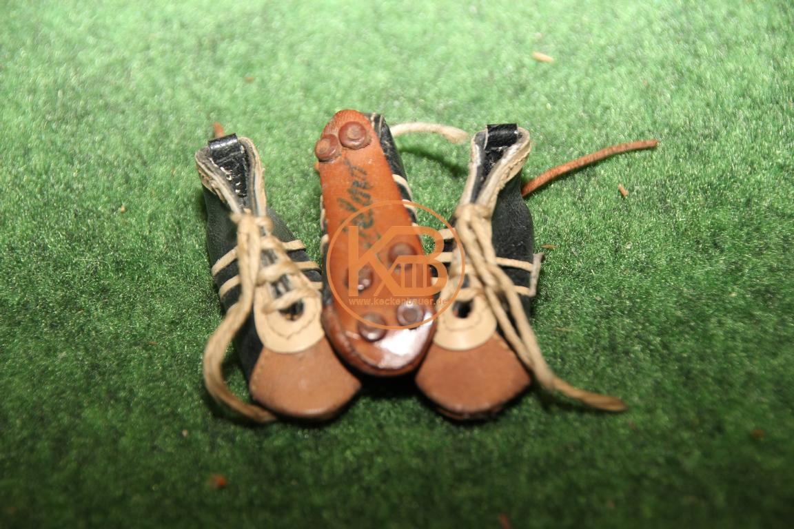 Mini Adidas Fußballschuhe mit dem original Autogramm von Helmut Haller