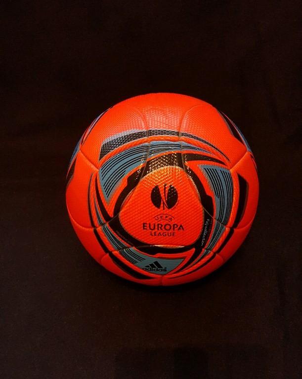 Roter offizieller Spielball ADIDAS UEFA Europa League aus dem Jahr 2011.