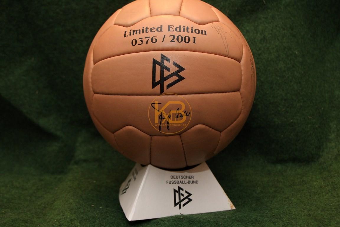 Ein Ball der von der Optik her in diesen Zeitraum passt. Ausgegeben vom DFB in limitierter Auflage aus dem Jahr 2001.