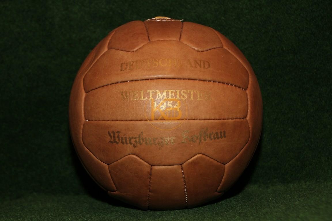 Ein Ball der von der Optik her in diesen Zeitraum passt. Herausgegeben vom Würzburger Hofbräu.