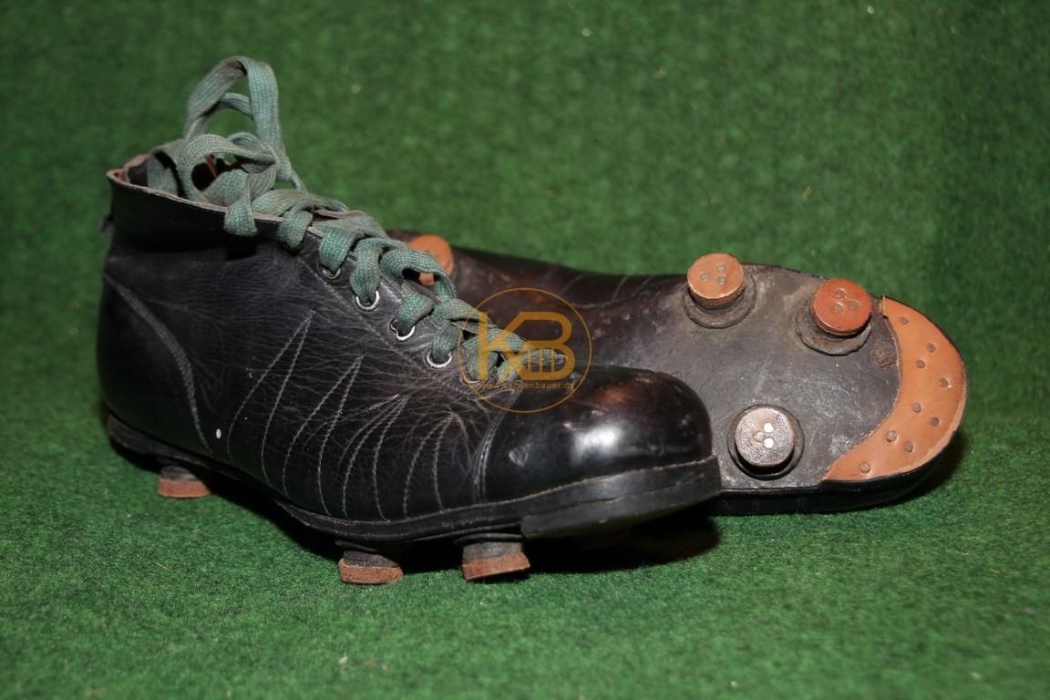 Alte Fußballschuhe mit neugemachter Sohle. Die Schuhe wurden vor der Einberufung beim Schuster abgegeben, der Besitzer kehrte leider nicht aus dem Krieg zurück.