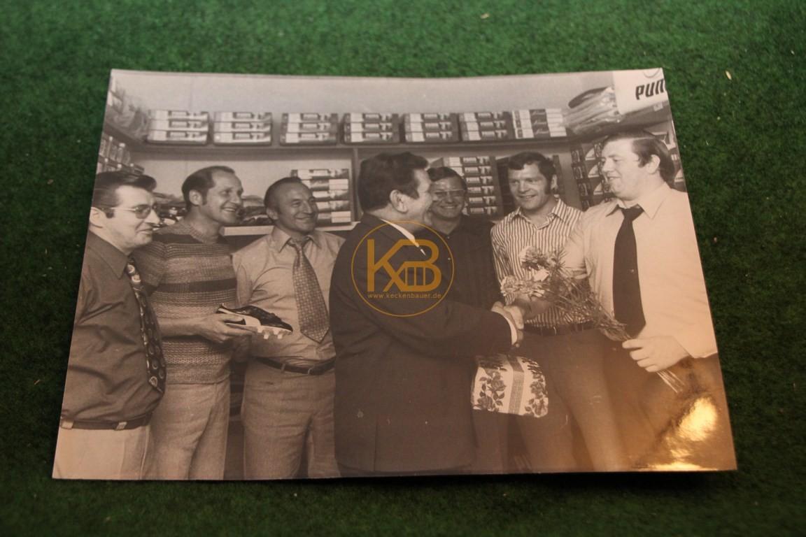 Original Foto von Pitter Danzberg bei der Eröffnung eines Sportgeschäfts 1972.