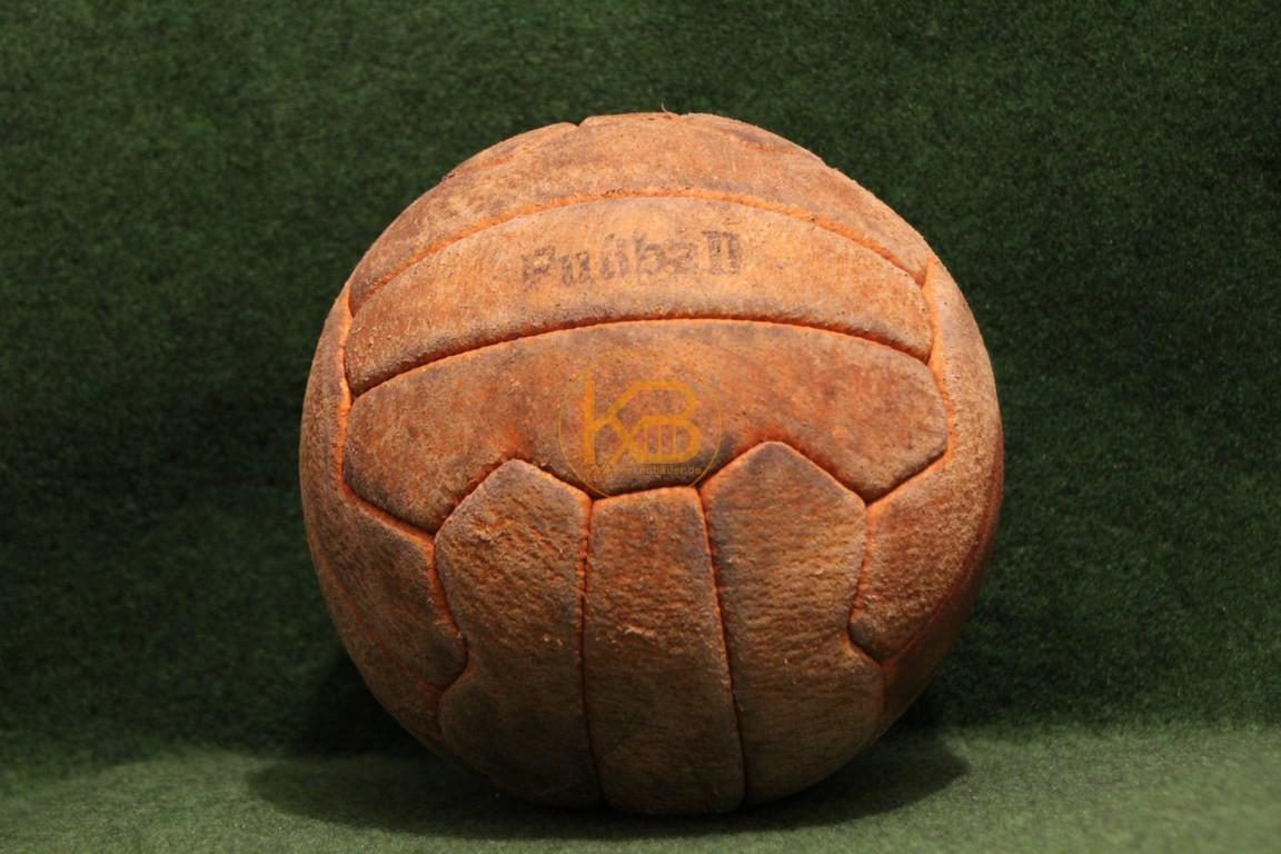 Alter Fussball im bespielten guten Zustand. Eines der ersten Modelle mit Ventil.