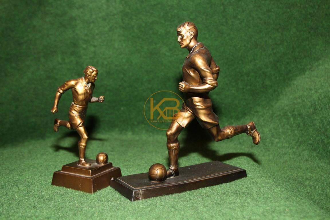 Pokale in Form alter Fussballspieler ca. aus den 1950ern.