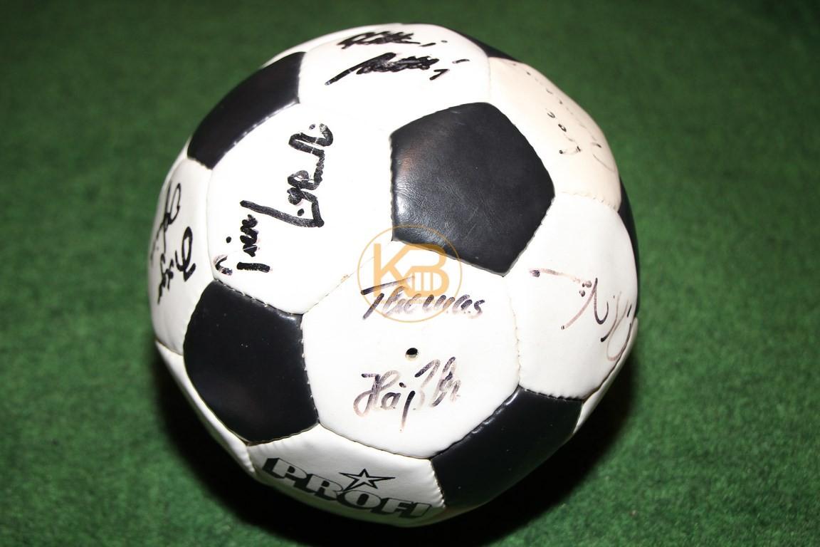"""""""Profi"""" Lederball mit den original Unterschriften der Weltmeister von 1990, es war ein Geschenk von Franz Beckenbauer an eine nicht zu nennende Person (siehe Karte) 2/2"""
