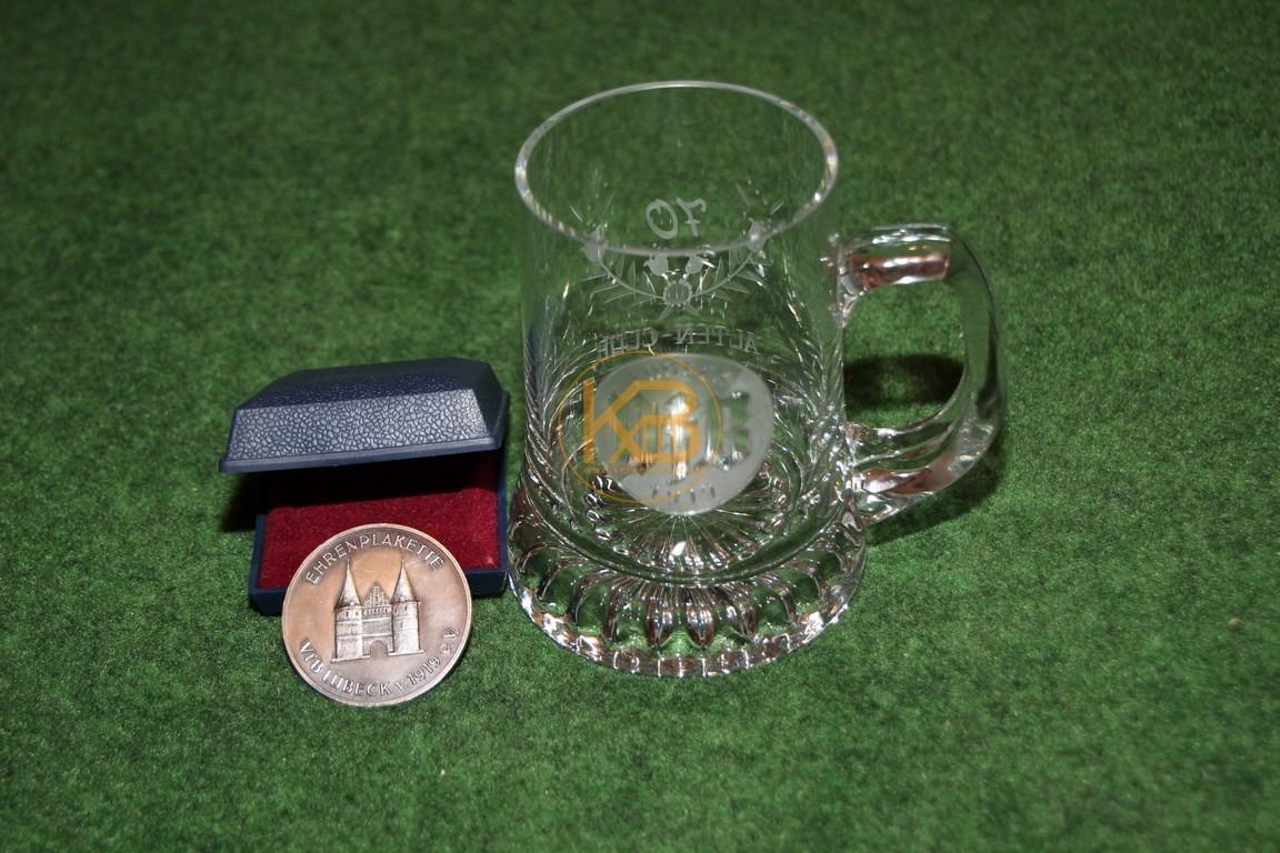 Ehrenplakette und Ehrenkrug vom VFB Lübeck aus dem Nachlass von Herbert Hardt. Abgegeben an einen Lübeck Fan mit unglaublich vielen Vereinsnadeln!
