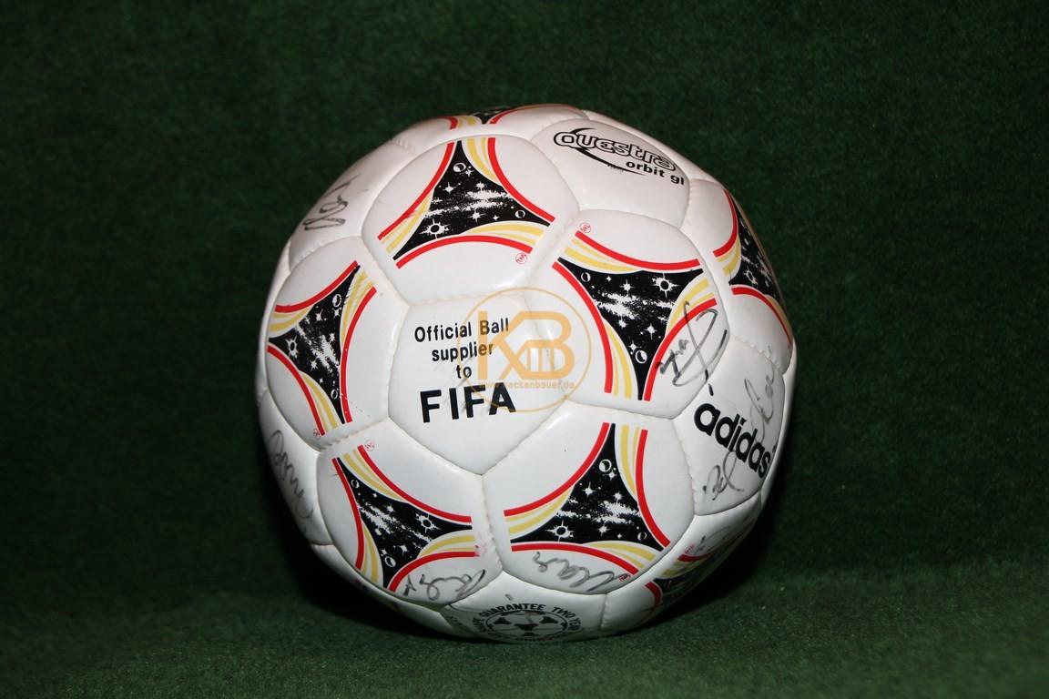 Fußball Adidas Questra mit von mir NOCH unbekannten Unterschriften. Wer kann helfen?